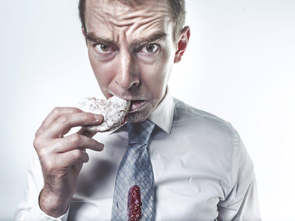 Προβάλλεται ένας άντρας που τρώει γλυκό